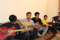 Mange lærer at spille guitar
