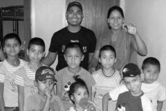 Raskumar og Uma med børnene på BørnSulters første familiehjem