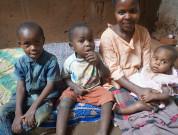 Mor med sine tre børn som nu bor ved Rehema Home