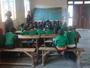 Som i Tanga har man skoleuniformer. Her er de bare grønne.