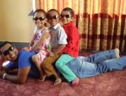 Rajkumar med børn på ryggen